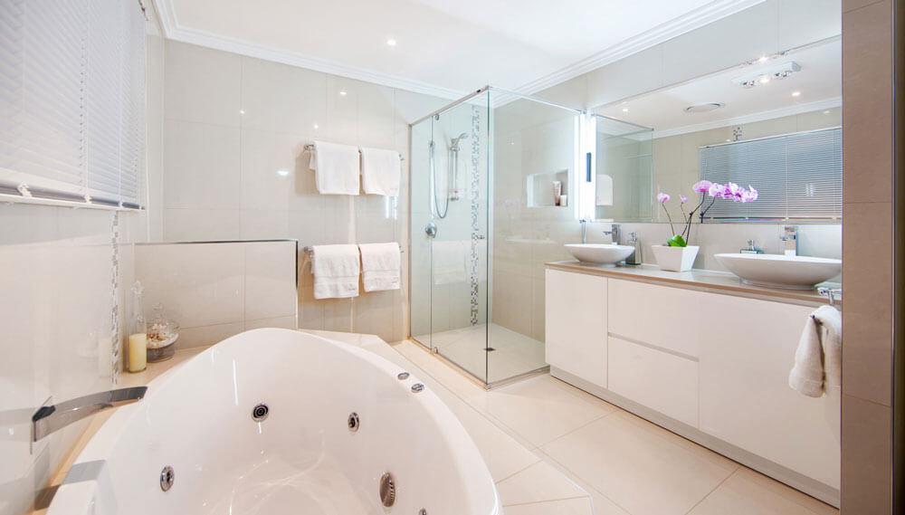 Modern mor renkli banyo dekorasyonu ev dekorasyonu dizayn - Banyo Dolaplar N N Fayans Ve Banyo Ta Lar Ile Uyumu Banyo Dekorasyonu I In Ok Nemlidir Ev Dekorasyonunda Banyonun K Bir Tasar Ma Sahip